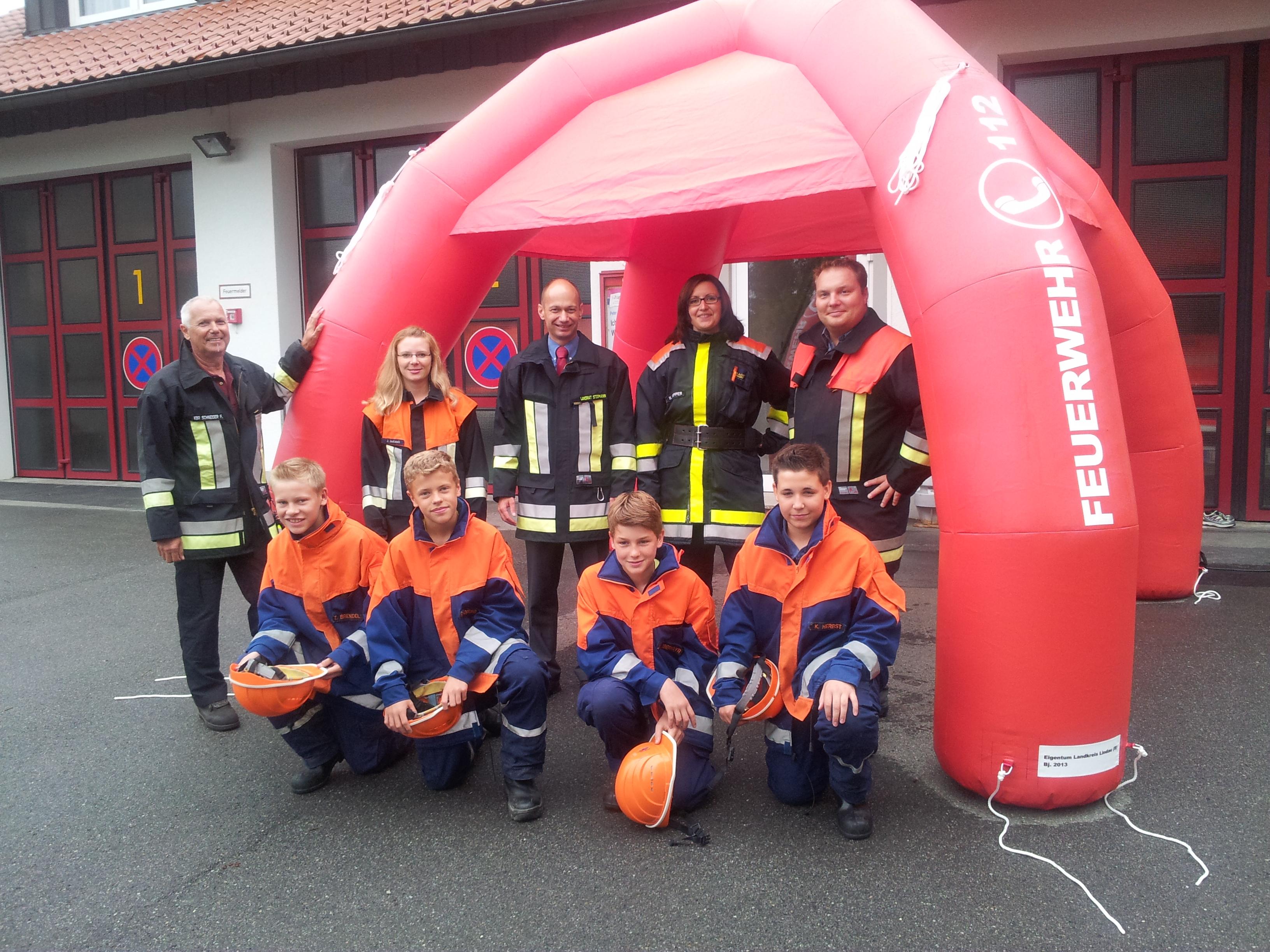 Feuerrotes Zelt wirbt für Feuerwehrdienst
